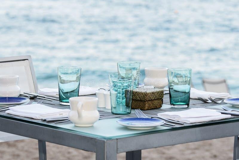 在沙子的室外集合表由墨西哥餐馆的海洋在墨西哥 免版税库存图片