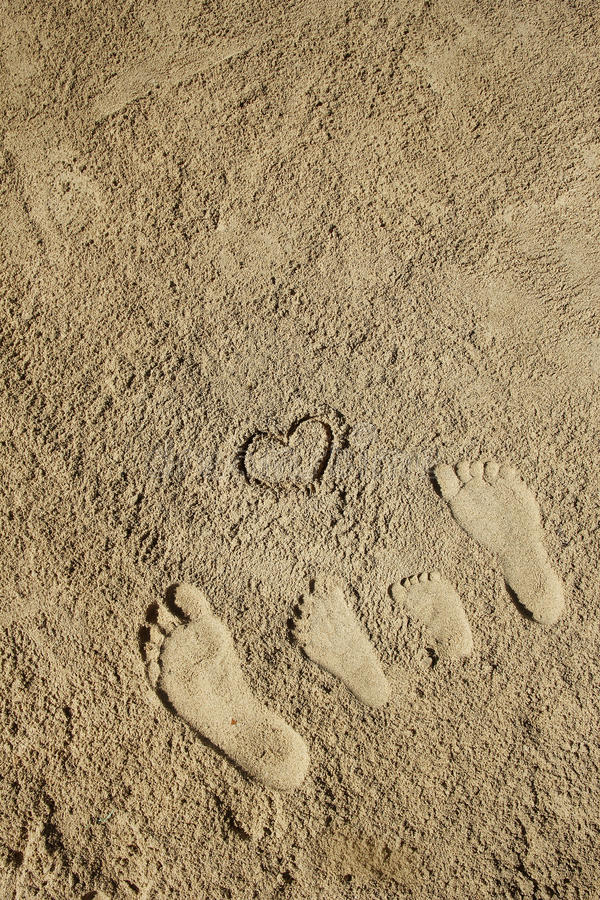 在沙子的家庭脚在海滩 库存图片