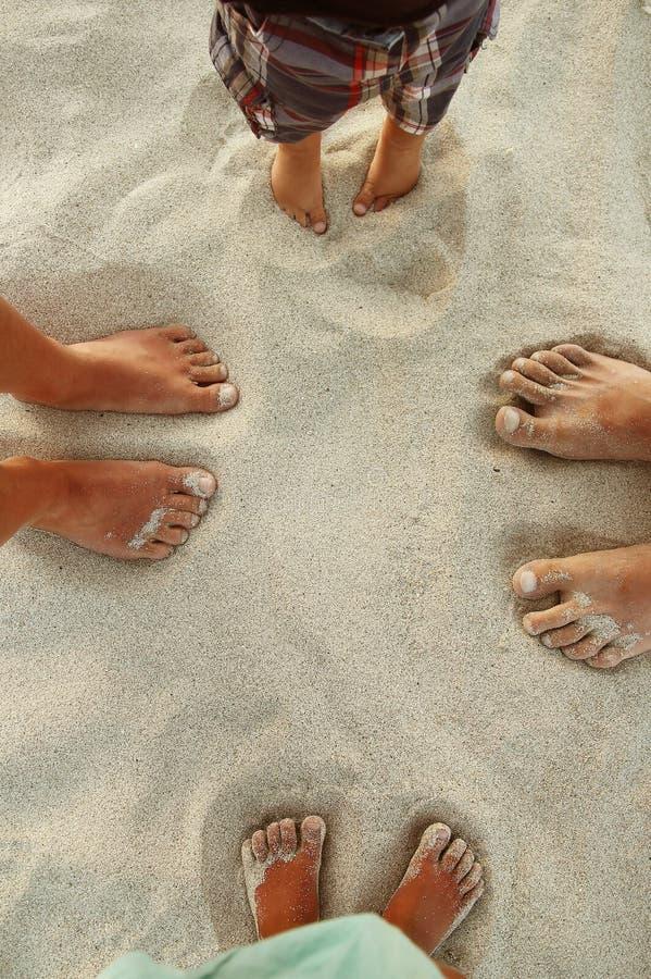 在沙子的家庭脚 图库摄影
