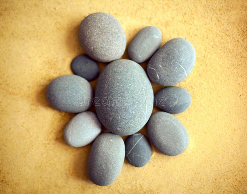 在沙子的小卵石石头 图库摄影