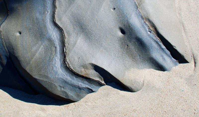 在沙子的岩层在拉古纳海滩,加利福尼亚 免版税图库摄影