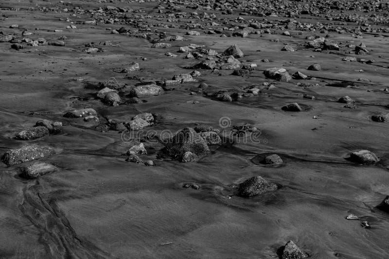 在沙子的岩石 免版税库存图片