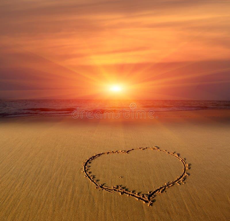在沙子的心脏标志 库存照片