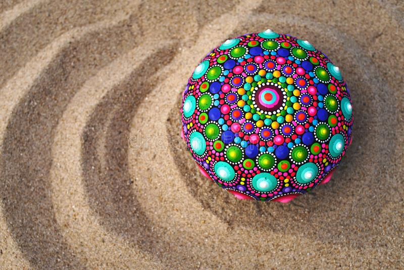 在沙子的手画坛场岩石 图库摄影