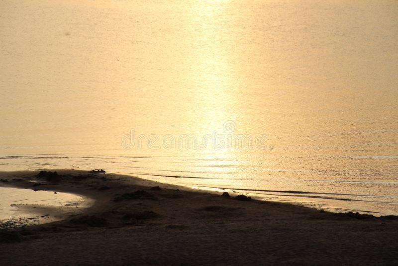 在沙子的日落 免版税库存照片