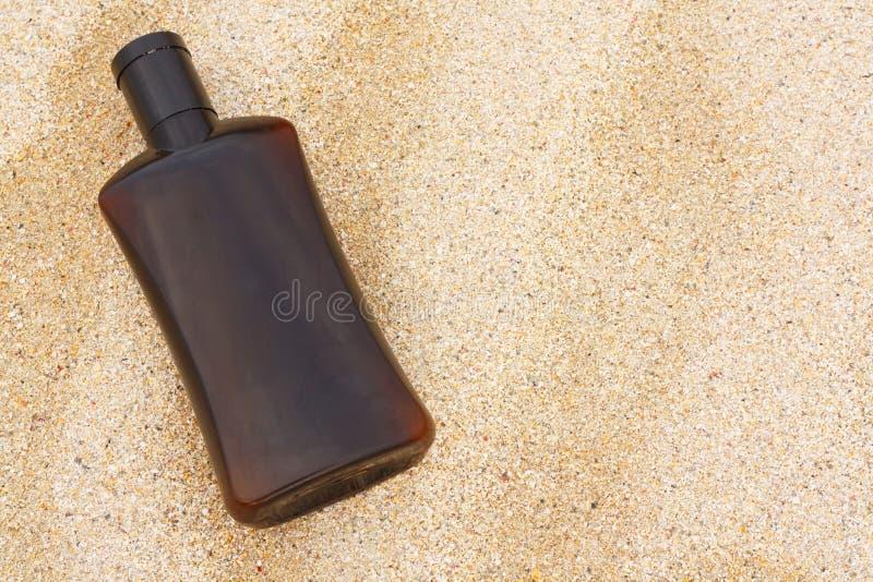 在沙子的晒黑油 图库摄影