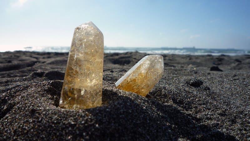 在沙子的柠檬色石英 库存图片