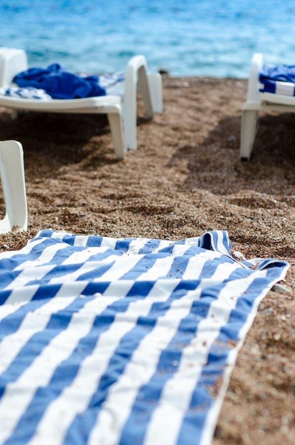 在沙子的毛巾 免版税库存图片