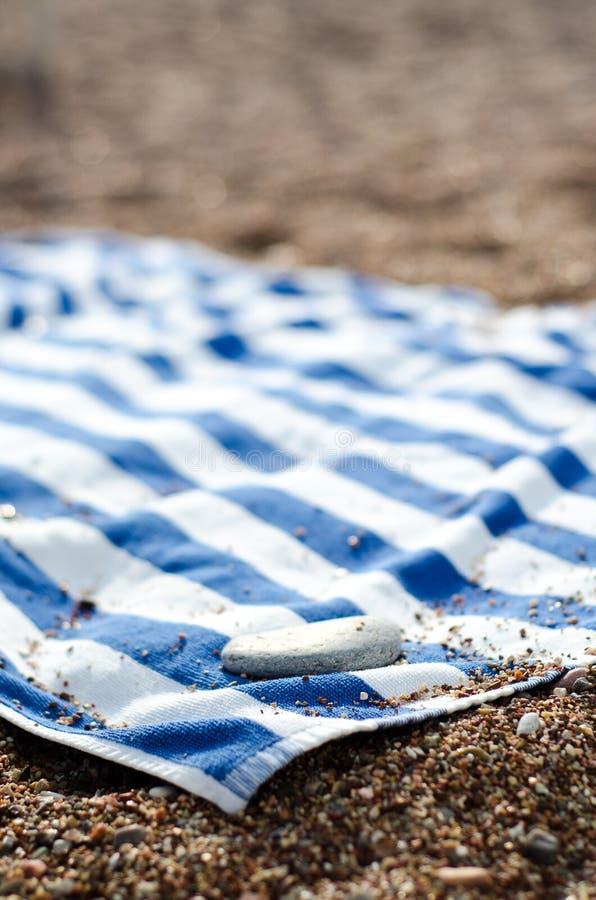 在沙子的毛巾 免版税库存照片