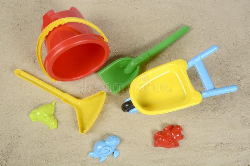 在沙子的海滩玩具 免版税库存照片