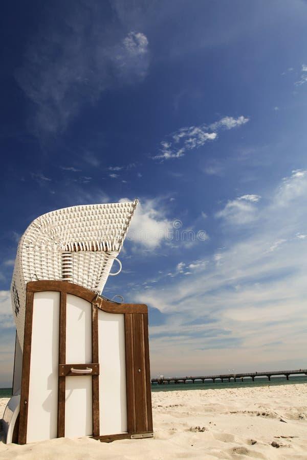 在沙子的海滩睡椅在波罗的海 库存照片