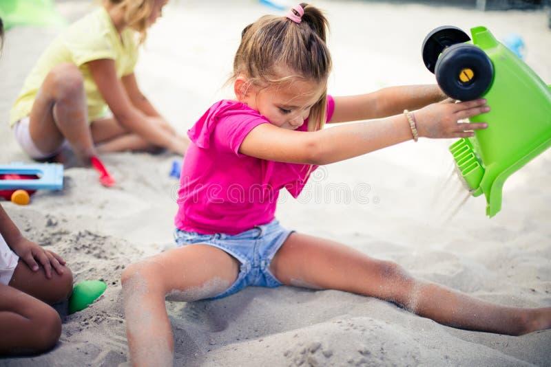 在沙子的滑稽的时间 免版税库存照片