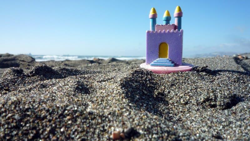 在沙子的玩具城堡 库存照片