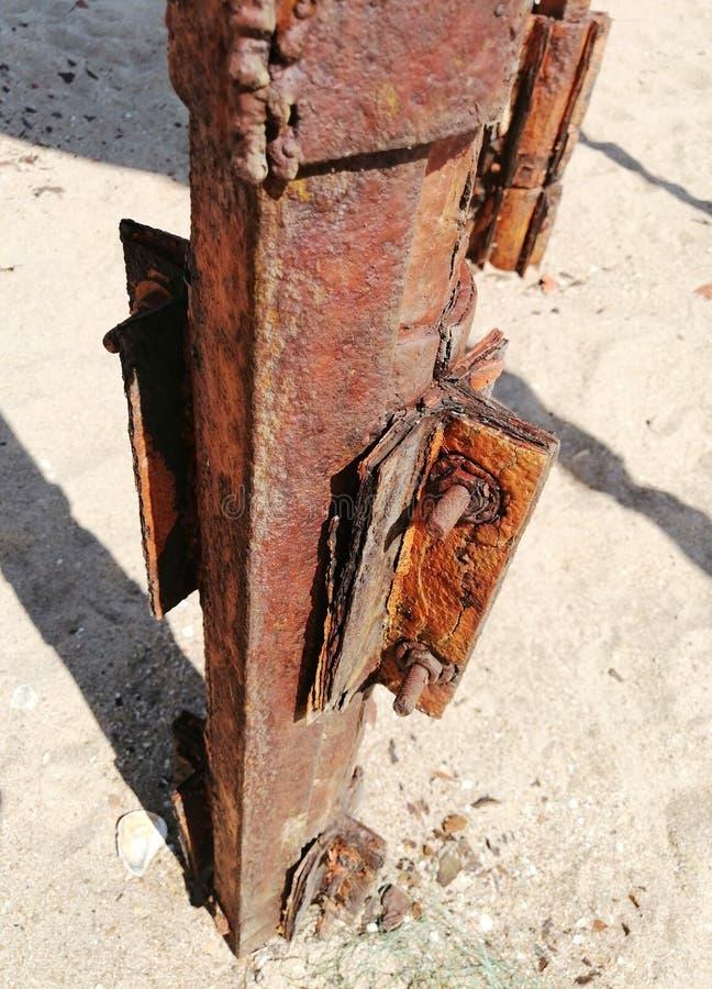 在沙子的生锈的铁 免版税库存图片