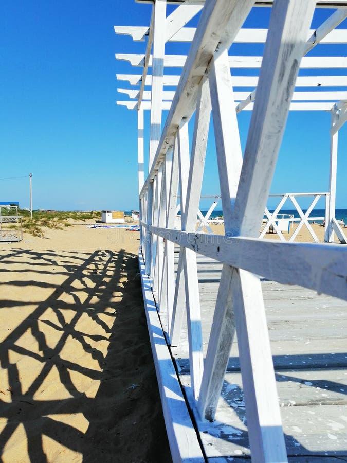 在沙子的白色板条 免版税库存图片