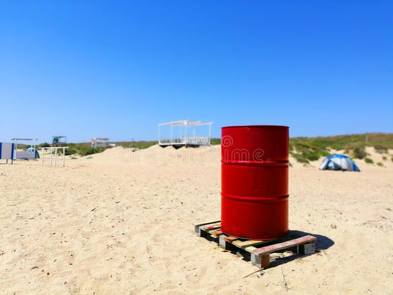 在沙子的红色桶 免版税库存照片