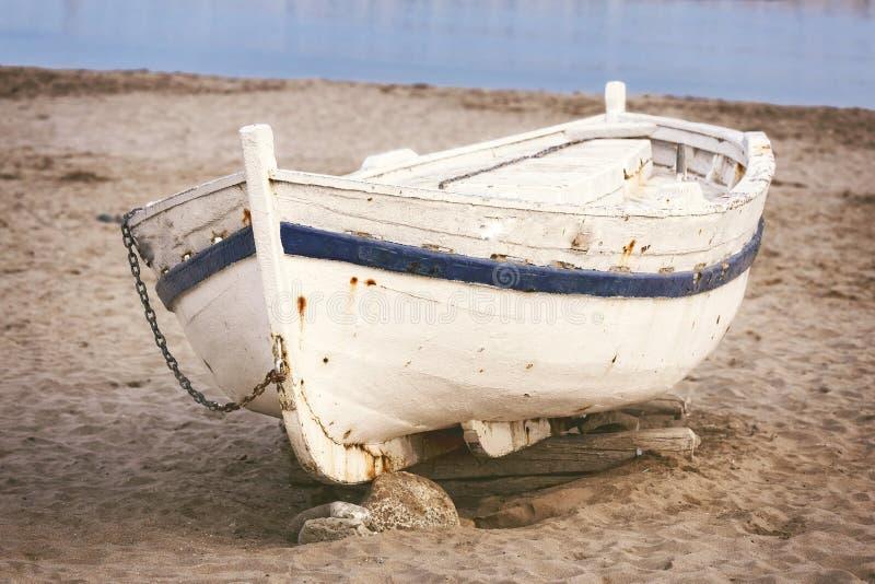 在沙子的老小船 免版税库存图片