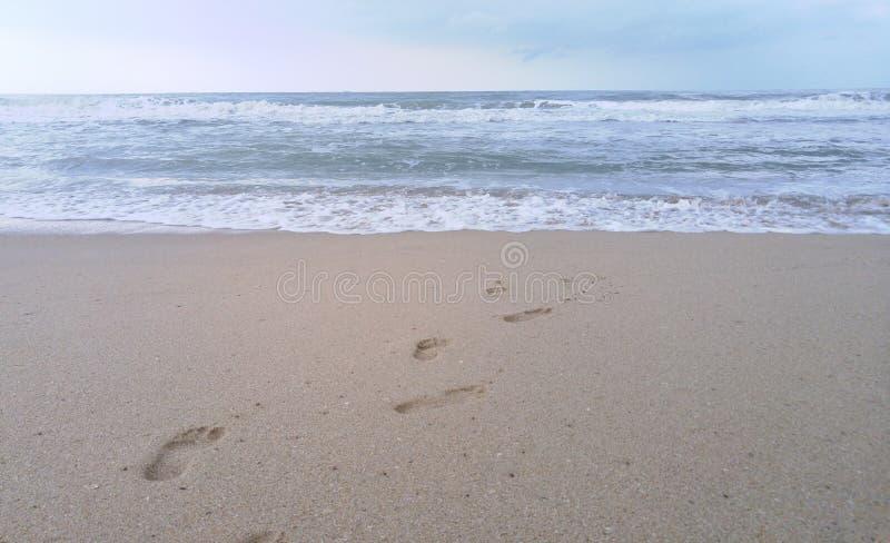 在沙子的脚印在海滩,泰国 免版税图库摄影