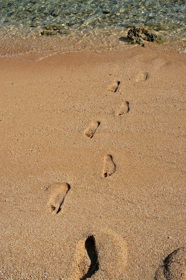 在沙子的脚步 免版税库存图片