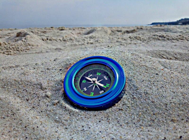 在沙子的蓝色指南针 图库摄影