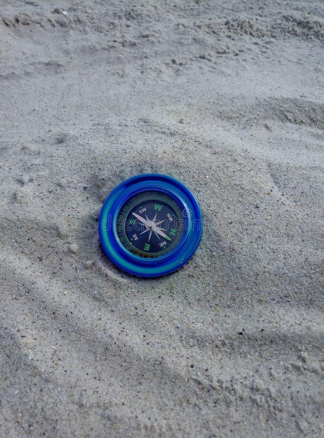 在沙子的蓝色指南针 免版税库存图片