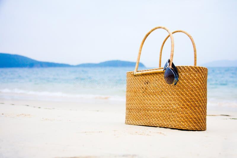 在沙子的袋子 免版税库存照片