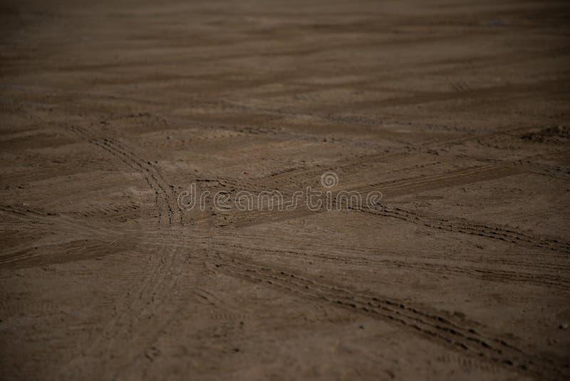 在沙子的车轮标记 库存照片