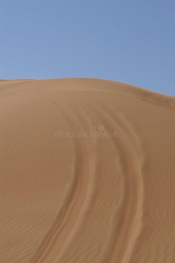 在沙子的轮胎跟踪 免版税库存图片