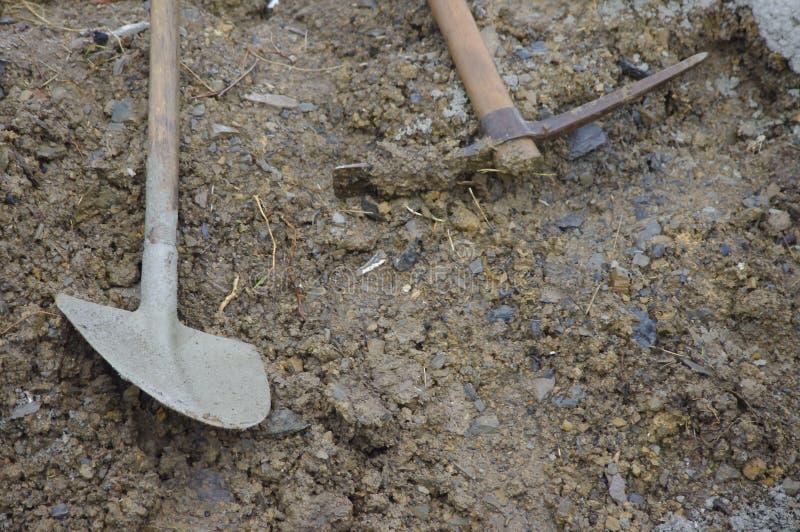 在沙子的铁锹 图库摄影