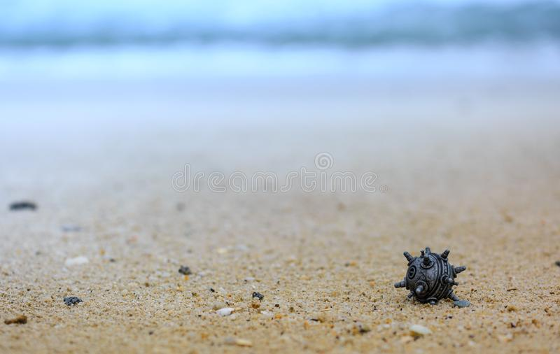 在沙子的银色颜色矿玩具 免版税库存照片