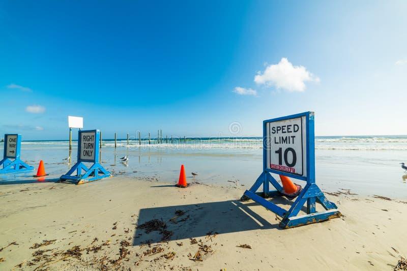 在沙子的限速标志在Daytona海滩 库存图片