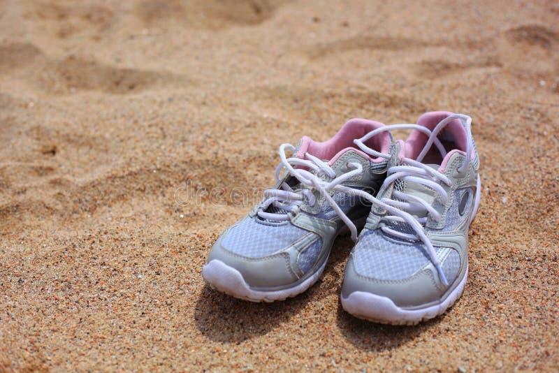 在沙子的鞋子 免版税图库摄影