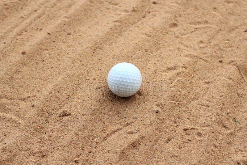 在沙子的高尔夫球 免版税库存图片