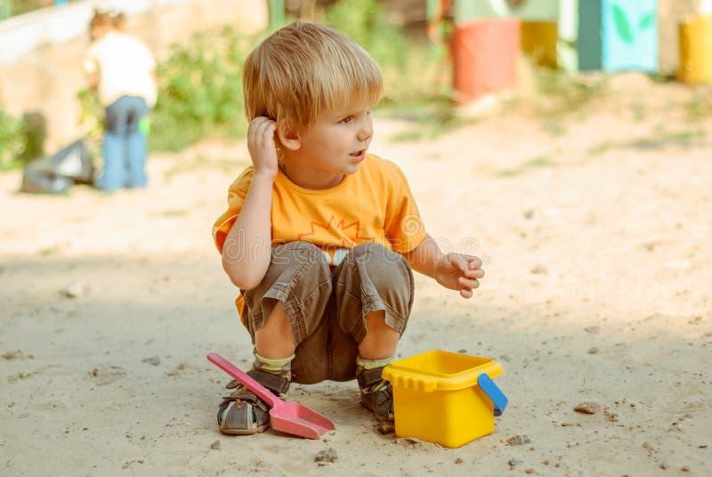 在沙子箱子的孩子戏剧 库存照片