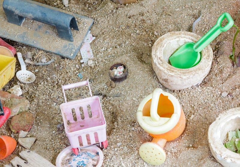 在沙子背景的老玩具 库存照片