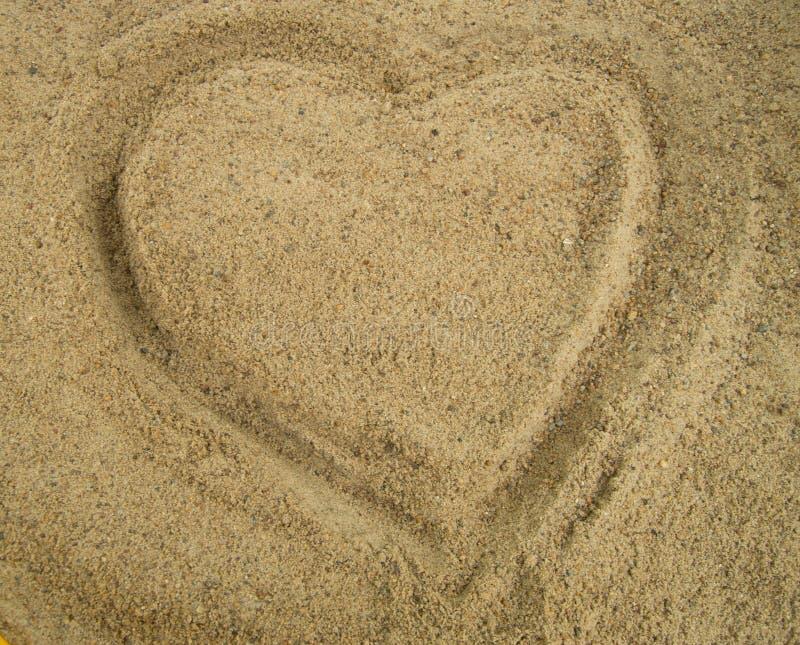 在沙子画的心脏,爱, Valentine& x27的标志; s 免版税库存照片