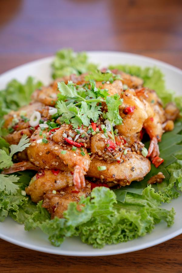 在沙拉vegetagle的油煎的海鲜虾大虾鱼淡菜乌贼鱼在木桌上的白色圈子盘 图库摄影