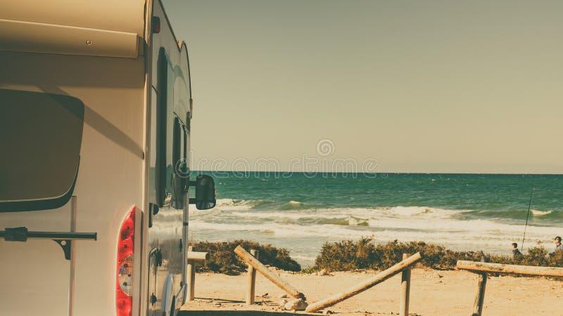 在沙滩上露营的野营车 库存图片