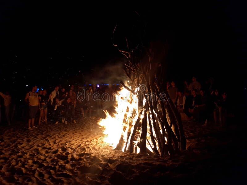 在沙滩末端的迪斯科聚会与大篝火 库存图片