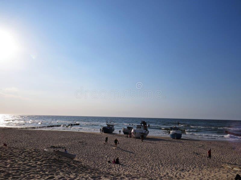 在沙滩海边的渔夫小船在太阳 免版税库存图片