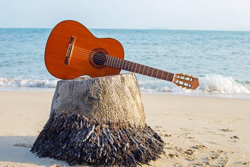 在沙滩的吉他在美好的夏天 免版税库存图片