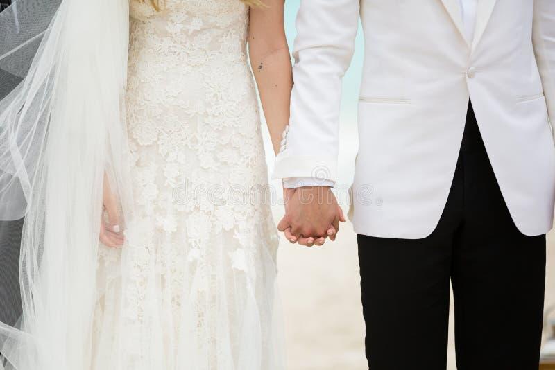 在沙滩的婚礼夫妇 免版税库存照片