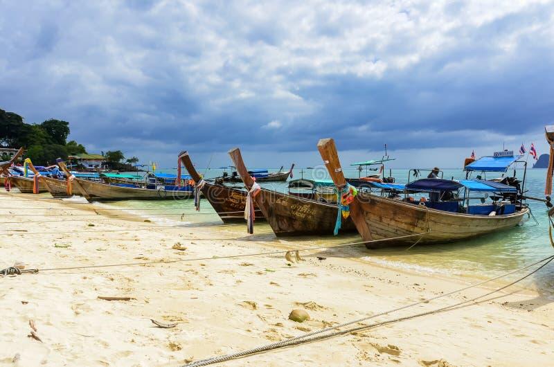 在沙滩的泰国小船 免版税库存照片