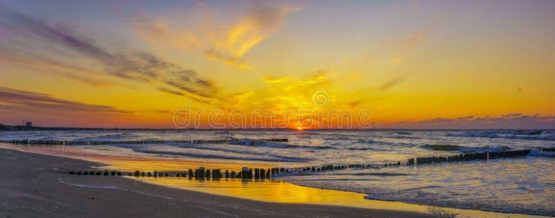 在沙滩的美好的日落在沃林海岛上在波兰在冬天 免版税库存照片