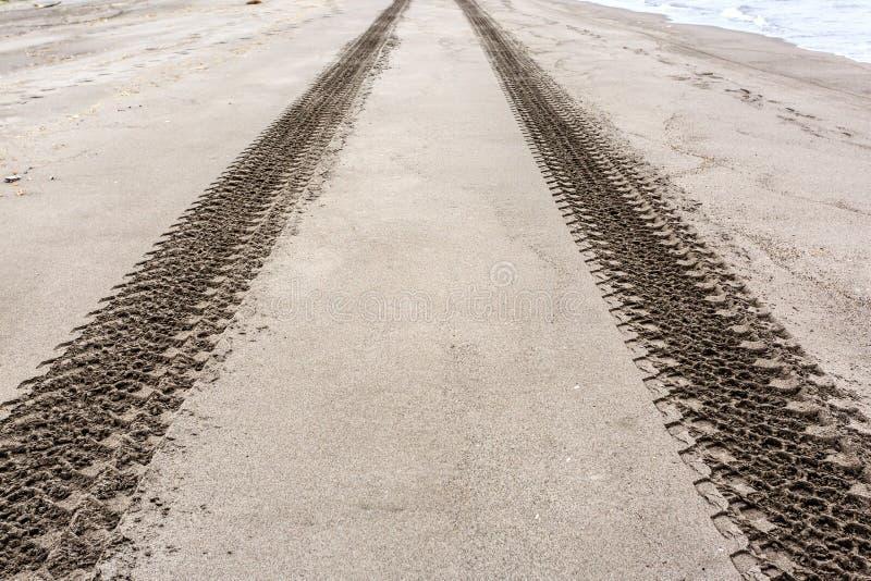 在沙滩的轮胎或轮胎轨道 r E 免版税库存图片