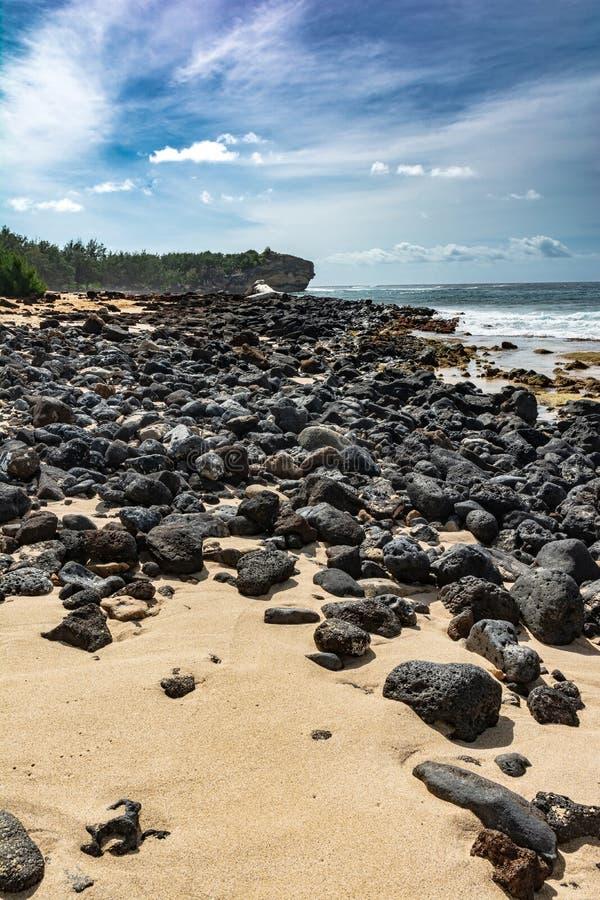 在沙滩,Keoniloa海湾,考艾岛,夏威夷的熔岩岩石 免版税库存照片