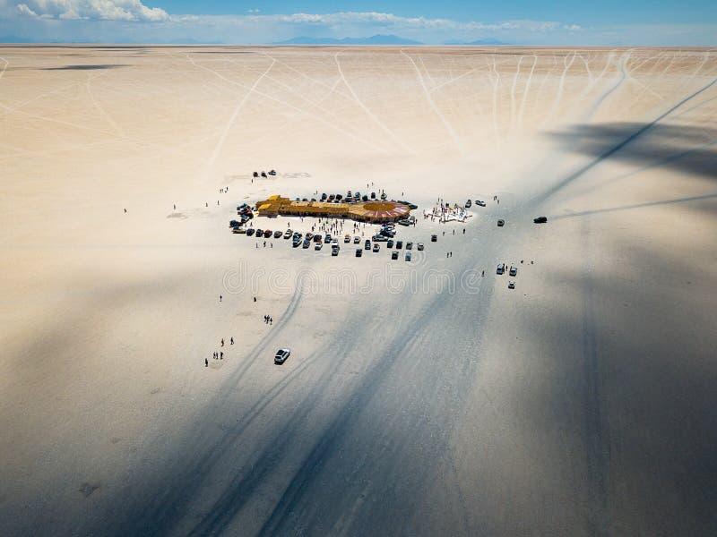 在沙漠中间的小屋 免版税库存图片