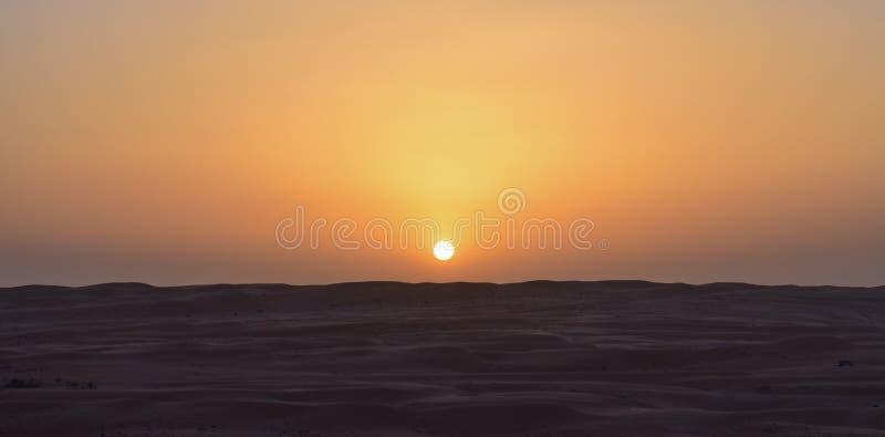 在沙漠中间的日出 库存照片