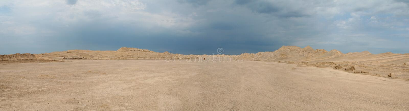在沙漠中间 免版税库存照片