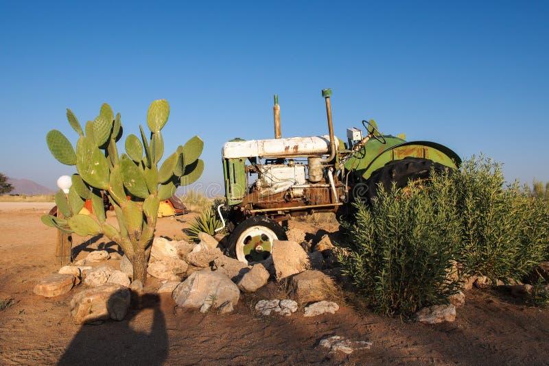 在沙漠围拢的单粒宝石的被击毁的汽车在纳米比亚 免版税库存图片